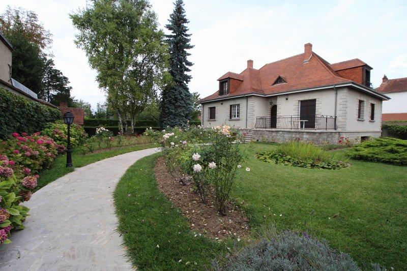 Maison d'Artisan sur sous-sol total avec jardin clos. Ecoles, gare SNCF sur place
