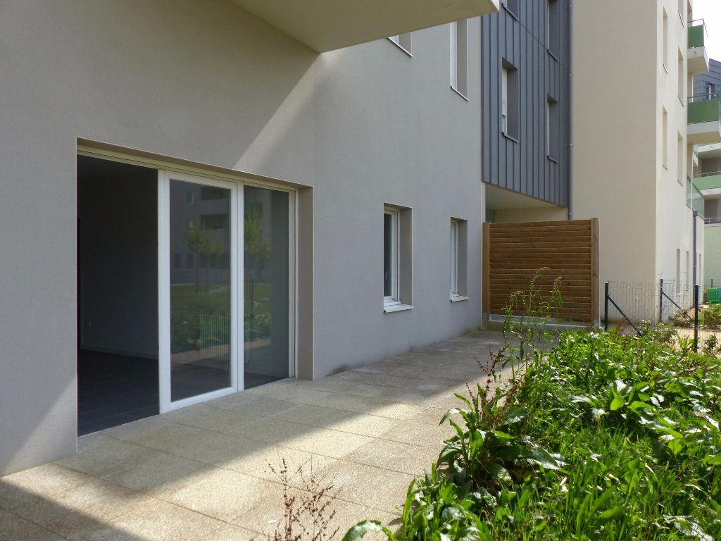 Beau 3 pièces neuf, en rez-de-chaussée avec grande terrasse, jardin et stationnement privatifs
