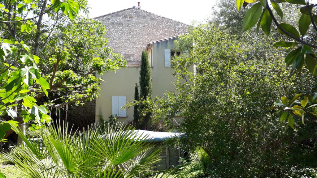 Maison de caractère avec terrasse, jardin, et garage