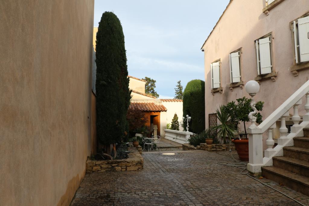 Belle maison de village de 290 m2 ,9 pièces, jardin intérieur