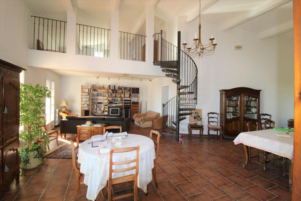 GARD. NIMES. Villa de 7 pièces de 220 m2 avec piscine sur terrain clos et arboré de 2600 m2
