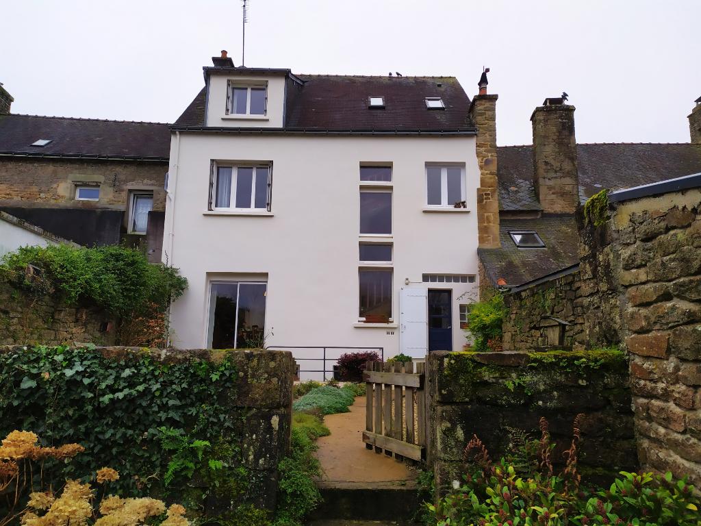 Maison  7 pièce(s), plein centre de Guémené avec jardin, 6 chambres