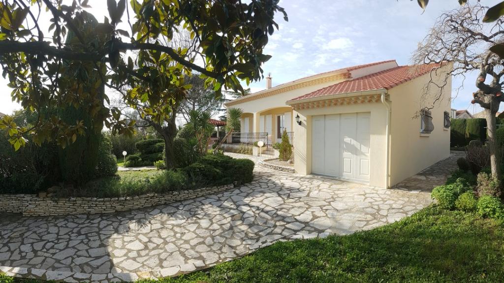 Villa plein pied avec garage et jardin paysagé