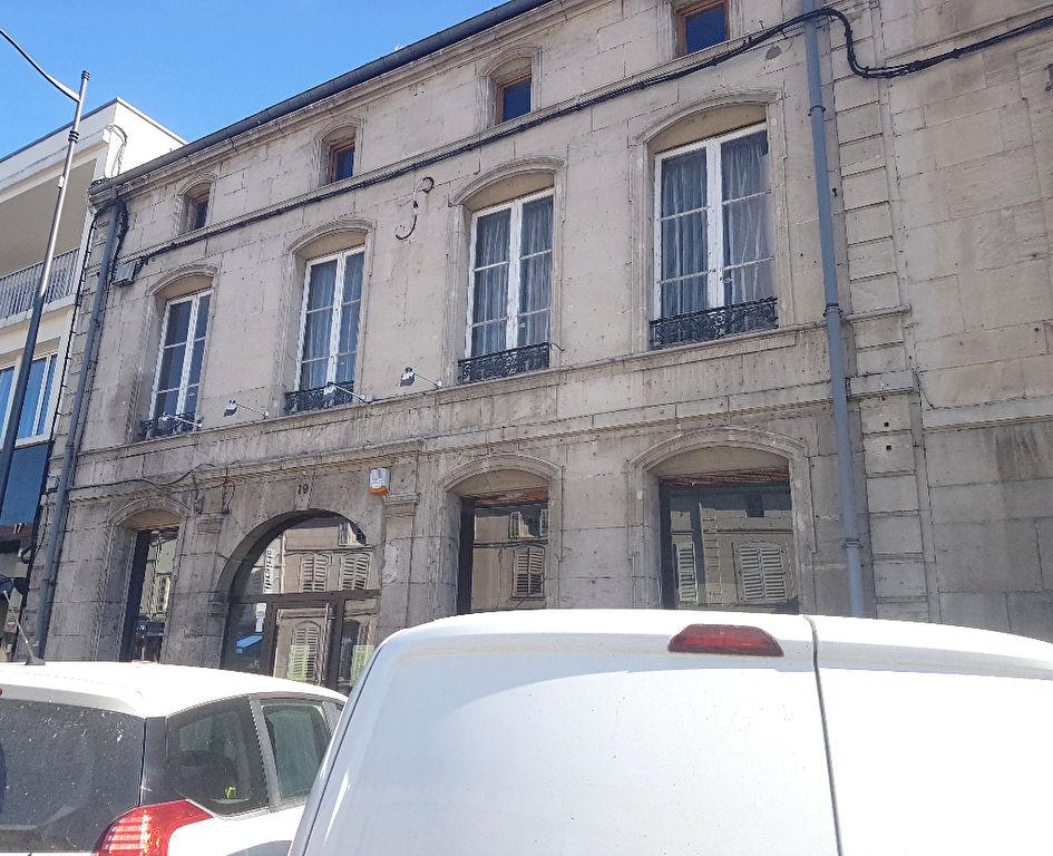 Bel Immeuble en Pierre de Taille ou de Caractère comprenant un Local d'Activité et Commercial de 699 m² avec Dépendances, Cour ou Terrasse et Rapport Locatif à Forte Valeur Sûre