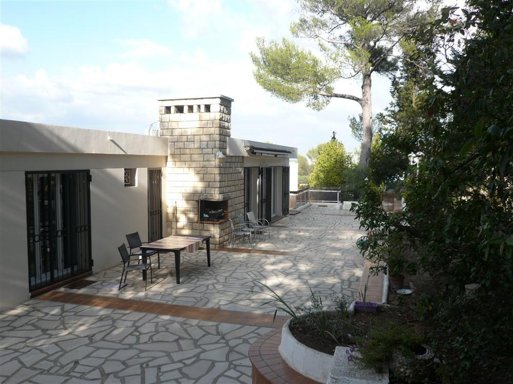 GARD. 30. NIMES. Maison  d'architecte de 6 pièce(s) 174 m2 avec 2 studios indépendants sur terrain clos de 1600 m²