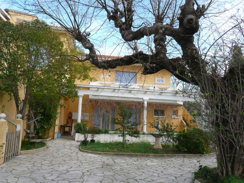 GARD. 30. NIMES. Maison comprenant 4 appartements sur terrain clos et arboré de 3700 m²