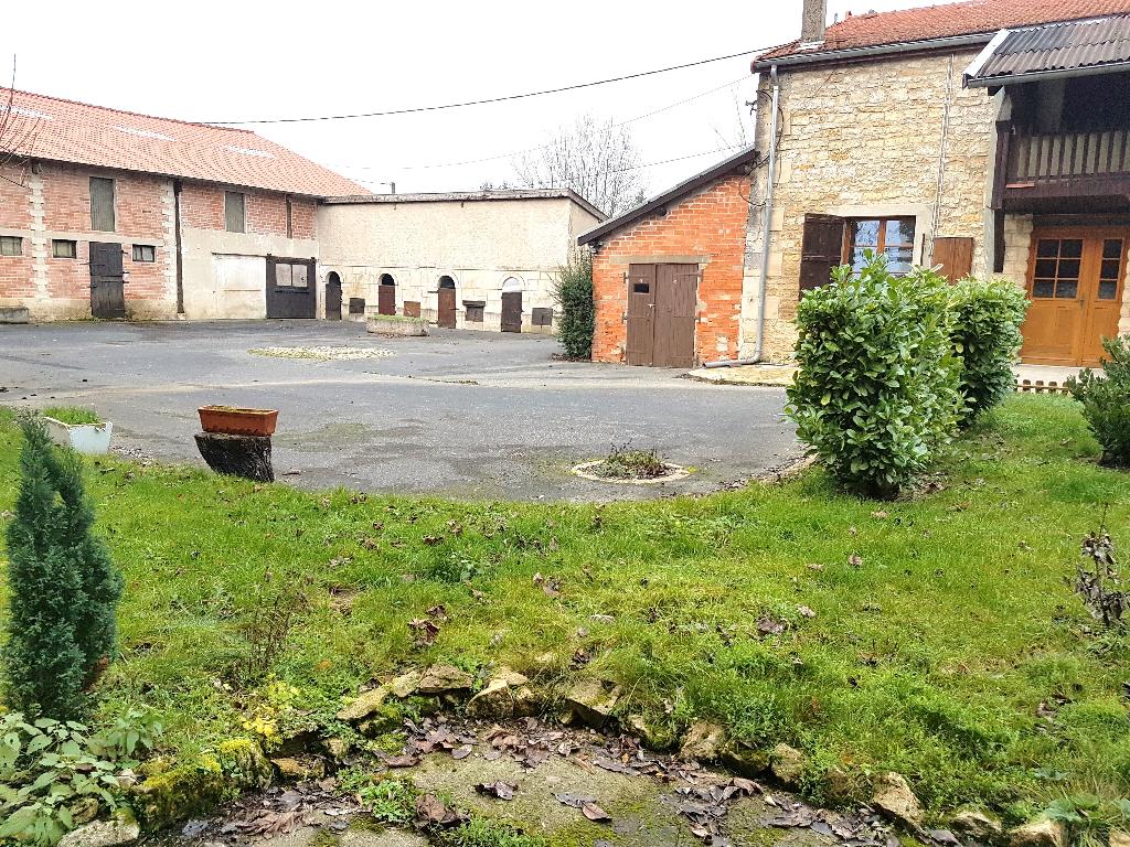Belle propriété de 2452 m² de Terrain avec sa Maison de type Longère de 166 m² à Adapter à votre Style de Vie, Grande Cour, Studio à Rénover, Dépendances et Grange de 700 m²