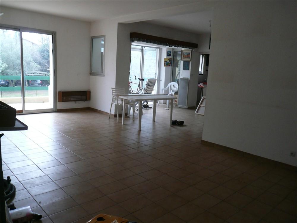 GARD. 30. NIMES. Maison  8 pièces de 196 m2 sur terrain clos et arboré de 1600 m²