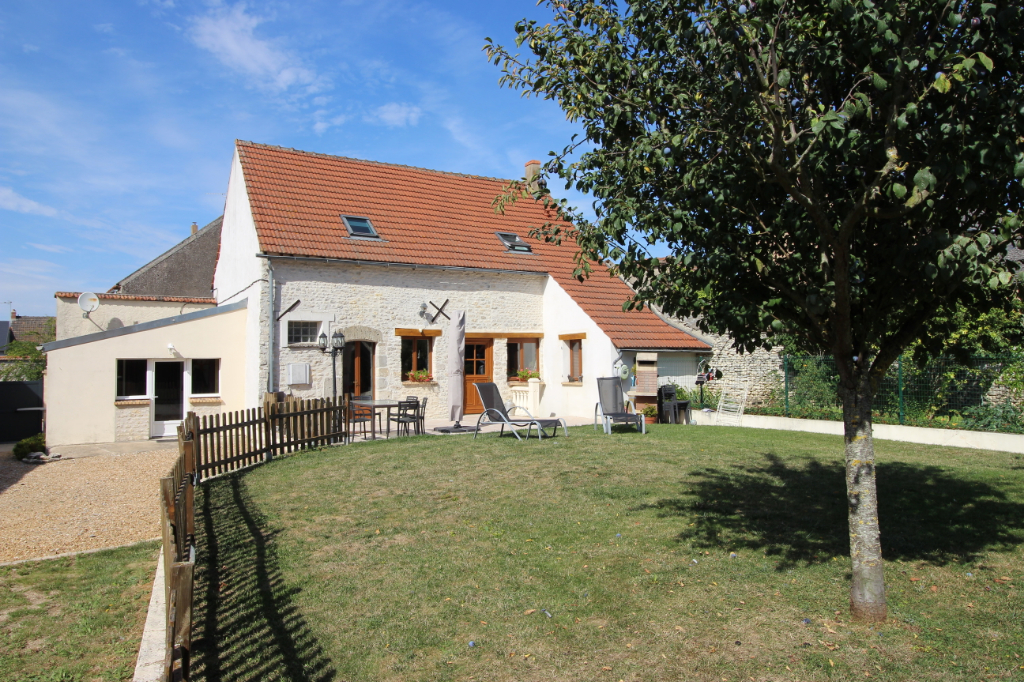 Maison en pierres, 4 chambres, bureau, garage, terrain