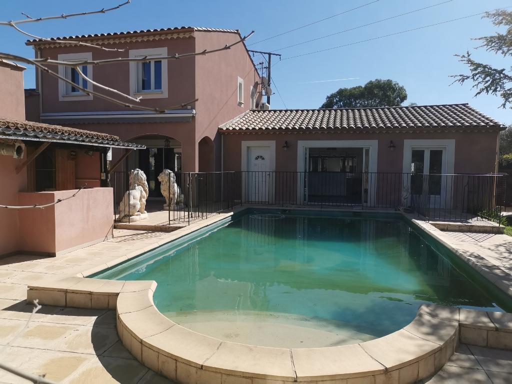 A 6 km d'Uzès, dans un charmant village joli maison de 198 m² avec piscine, hammam, sauna sur 1000m² de terrain