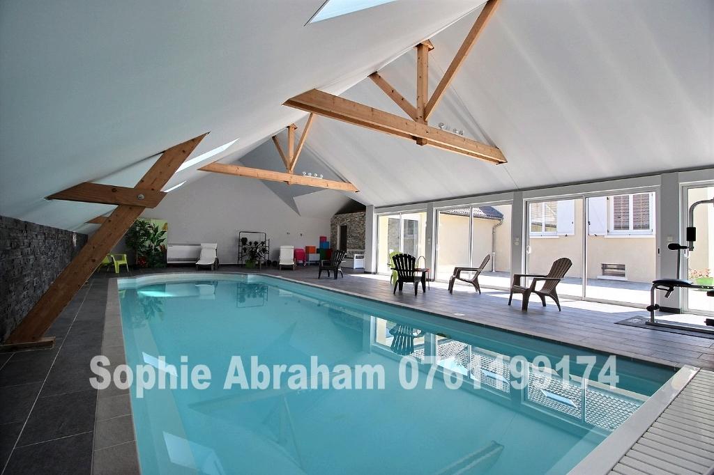 Maison de 7 pièces avec 4 chambres, sous-sol, piscine intérieure, terrain