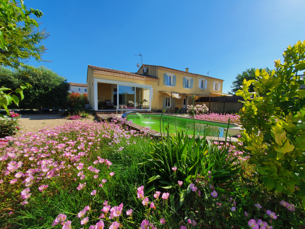 PONT DU GARD - VILLAGE ENTRE NIMES ET AVIGNON : Jolie villa 4 chambres avec garage et piscine