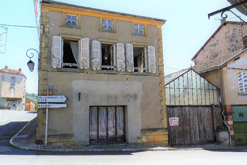 Maison avec cour sous verrière,dépendances Thizy Les Bourgs 85 000