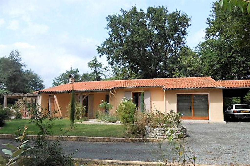 Villa rénovée jolie cadre boisé et piscine