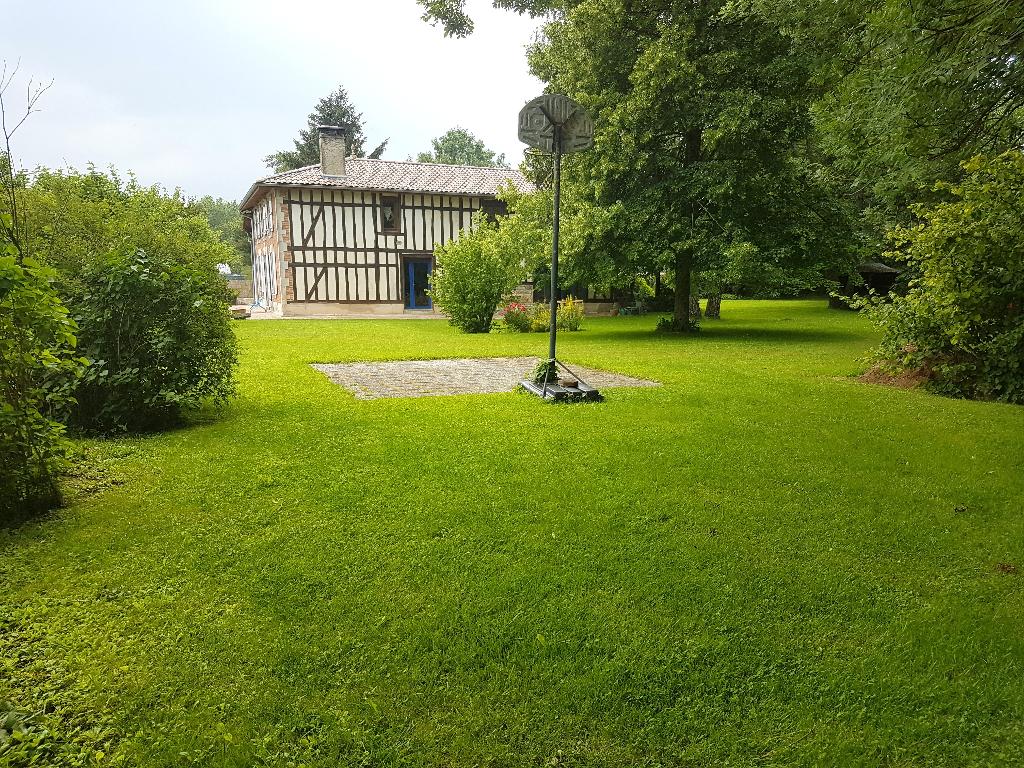 Belle Maison de Caractère de 202 m² Rénovée avec Goût et Style de Vie, avec sa Cour, son Garage, sa Terrasse Couverte et son Terrain Clos, Paysager avec Appentis de 2189 m²