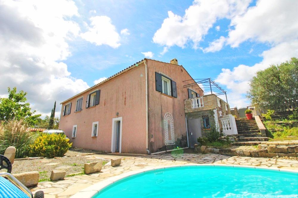 Villa de plain-pied avec piscine