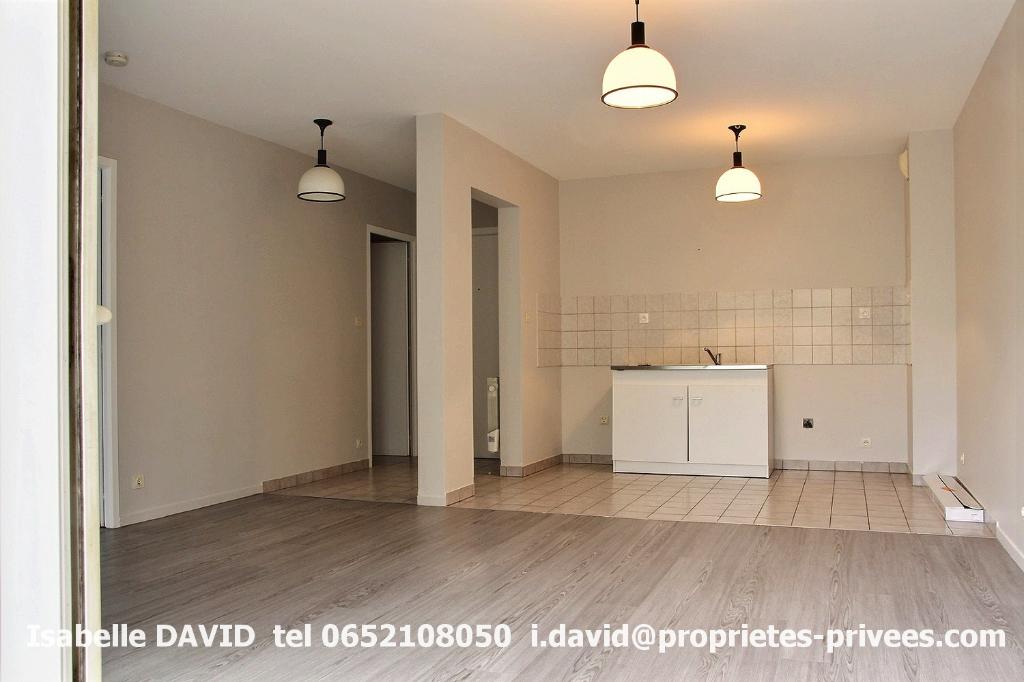 Appartement Rumilly 2 pièces , 47 m2, avec balcon et cave .Entièrement rénové.Quartier calme
