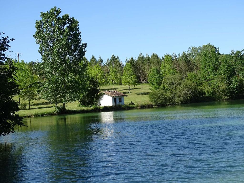 Château et dépendances 2200 m²  sur 35 Hectares avec parc et 3 Lacs