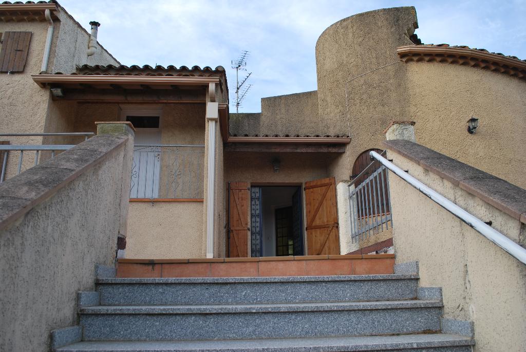 Maison  249m2 composée de 3 appartements , 3 garages  5400m2 terrain