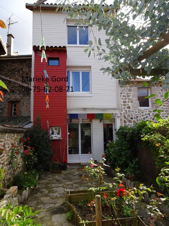 Maison de village atypique de 93 m² avec cour intérieure et dépendance 80 000