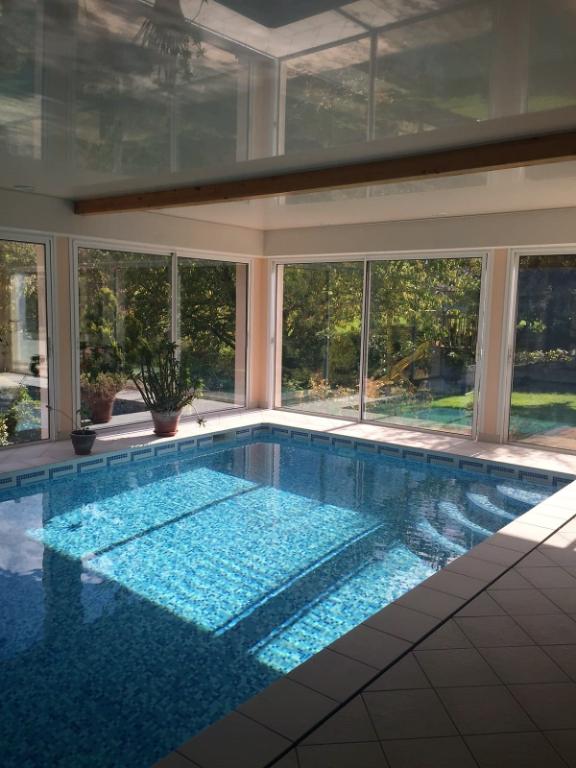 Maison avec piscine intérieure chauffée, proche centre bourg de Pontivy