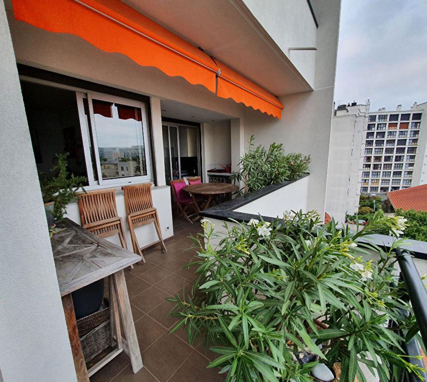 Etage élevé avec terrasse