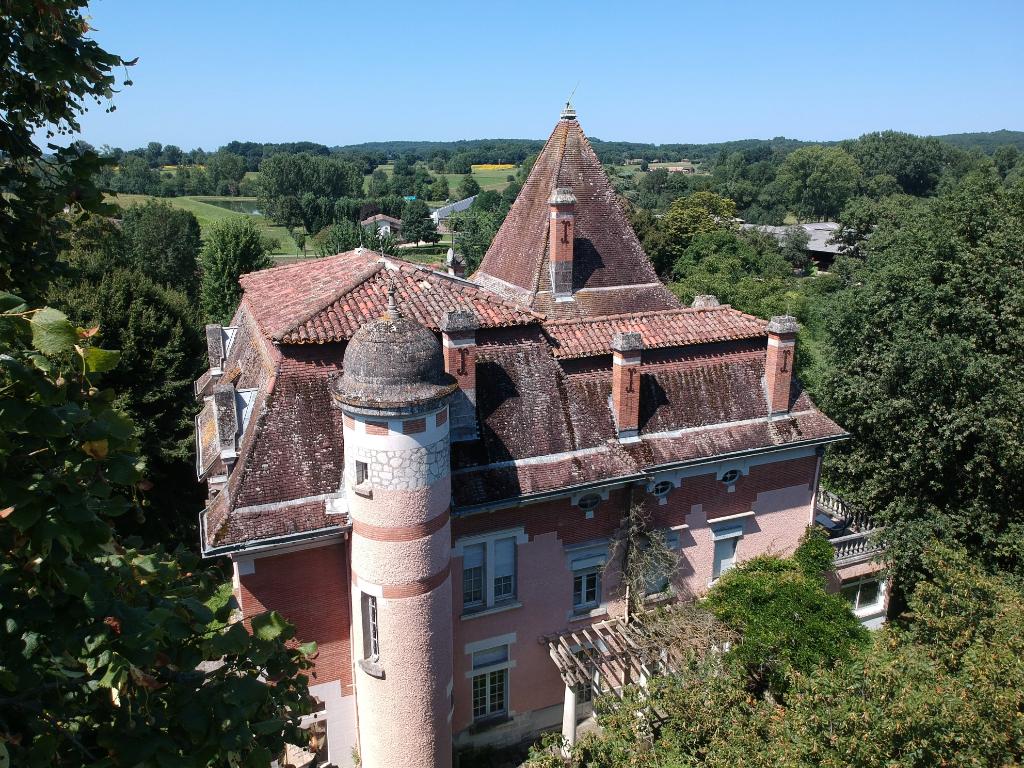 Château 1900 près de Cahors sur près de 2ha avec piscine