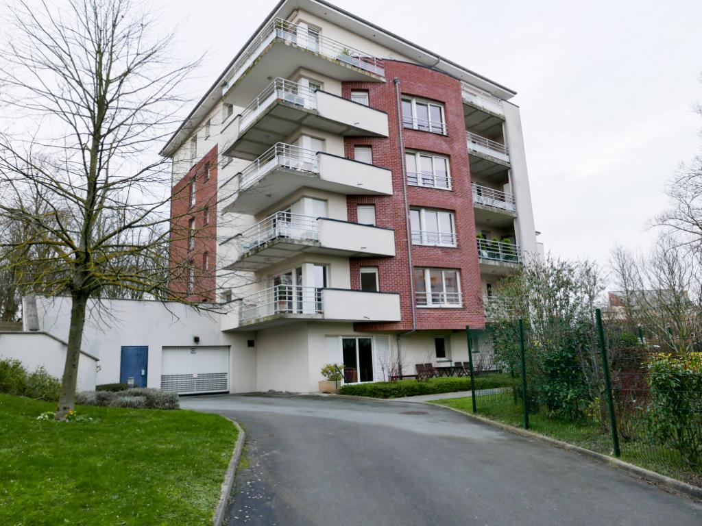 Appartement soigné dans parc, 2 chambres, balcon, garage, ascenseur