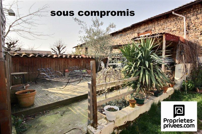 Maison de ville avec jardin et grange à rénover